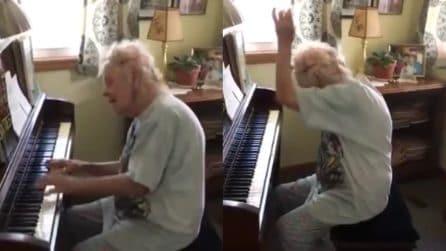 Suona il pianoforte in modo magistrale: questa signora di 104 anni vi incanterà