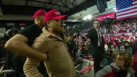 Tensione durante il discorso di Trump: aggressione a un cameraman