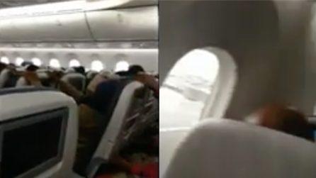 Paura a bordo, l'aereo non riesce ad atterrare: la tempesta è impressionante