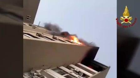 Catania, fiamme nel palazzo: persone sui balconi salvate dai pompieri