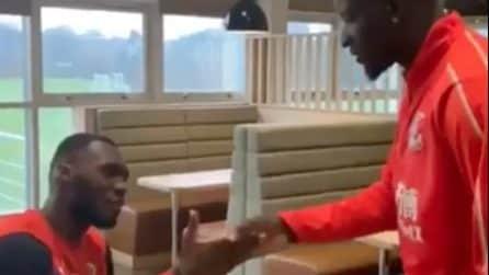 Sakho saluta i compagni: per ogni persona un gesto diverso