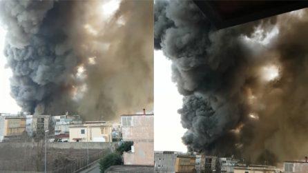 Napoli, incendio in una fabbrica: si innalza un'enorme nuvola di fumo