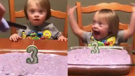 Festeggia il suo terzo compleanno e la sua gioia vi stringerà il cuore