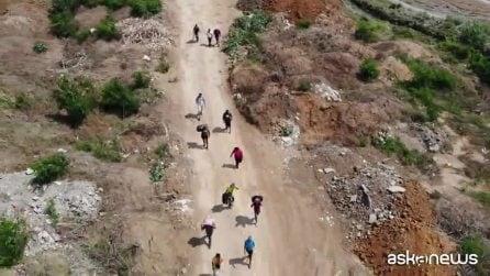Venezuelani a piedi verso la Colombia, le immagini dal drone