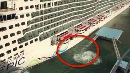 Grossa nave da crociera si scontra contro gli ormeggi: il momento terrificante