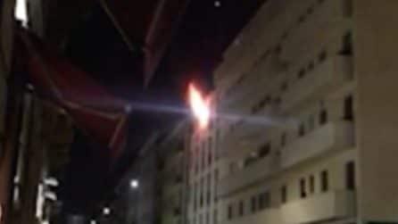 Milano, incendio all'ultimo piano: le fiamme avvolgono l'appartamento