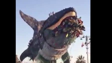 La balena intrappolata nella plastica: il carro di carnevale di Viareggio