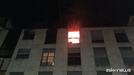 Milano, incendio distrugge appartamento nel centro: nessun ferito