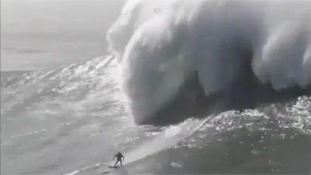 Viene travolto da 5 onde giganti: attimi di paura per il surfista