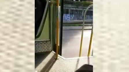 Roma, autista distratto: il tram viaggia con le porta aperte