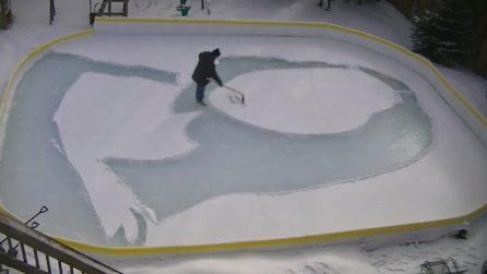 Si filma all'interno della pista di ghiaccio: quest'uomo realizza qualcosa di fantastico
