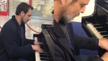 Alessandro Preziosi suona il pianoforte in aeroporto e rende piacevole l'attesa
