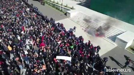 Albania, scontri a Tirana: centinaia di persone assaltano il palazzo del governo