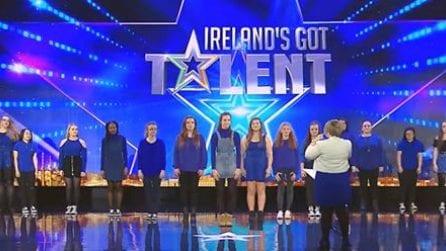 Sul palco si presenta un gruppo di ragazze sorde e mute: quello a cui danno vita è emozionante