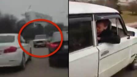 Inverte il suo veicolo: sedile, volante e sterzo montati nella parte posteriore dell'auto