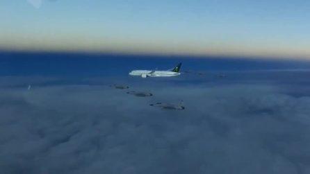 I jet accerchiano l'aereo: le immagini riprese della scorta in volo