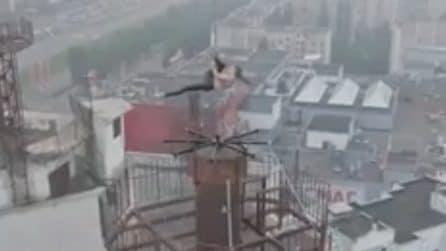 Esegue acrobazie di pole dance in cima a un grattacielo di 16 piani: le immagini da brivido