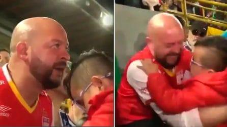 Il figlio è cieco, allo stadio papà gli trasmette le emozioni della sua squadra del cuore
