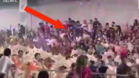 Crolla una tribuna: centinaia di persone cadono nel vuoto