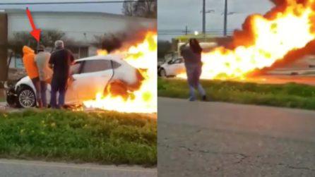 In pochi secondi le fiamme divorano l'auto: il conducente è intrappolato all'interno