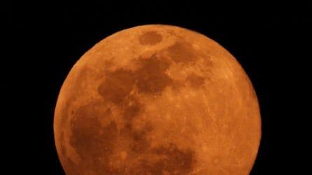 La Superluna di Neve brilla nei cieli italiani: le immagini spettacolari