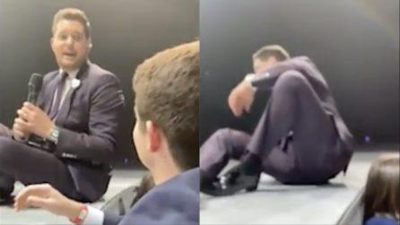 Michael Bublé lascia il microfono a un fan durante il concerto: abbandona la scena