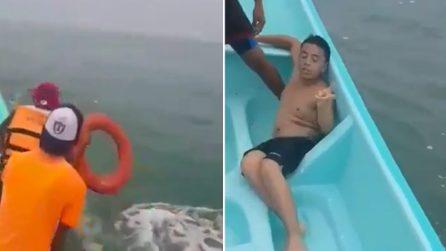 Ragazzo 17enne salvato dal mare: i suoi fratelli muoiono annegati