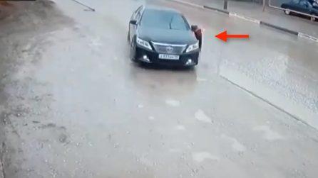 Attraversa velocemente senza guardare: un'auto sta per travolgerlo