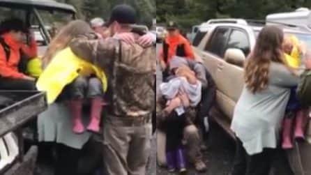 Dopo due giorni ritrovano le figlie scomparse: le urla di gioia dei genitori