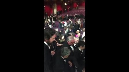 Rami Malek cade dal palco dopo aver ritirato l'Oscar come miglior attore per Bohemian Rhapsody