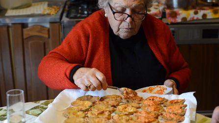 Le frittelle di zucchine di Nonna Rosa con sugo alla parmigiana