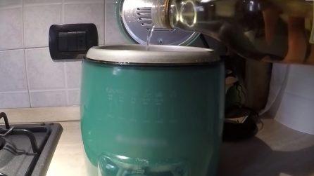 Come pulire la friggitrice: con questo metodo naturale l'unto sparirà