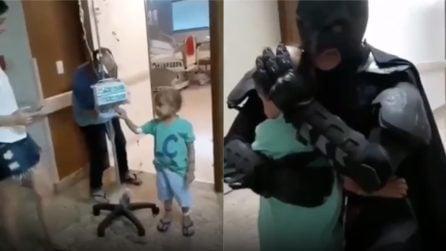Il bambino è affetto da un tumore, qualcuno realizza il suo sogno: conoscere Batman