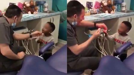 Il dentista più speciale che ci sia: ecco come calma i suoi piccoli pazienti