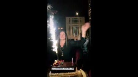 Il compleanno della mamma di Belen, alla festa si vede Stefano De Martino
