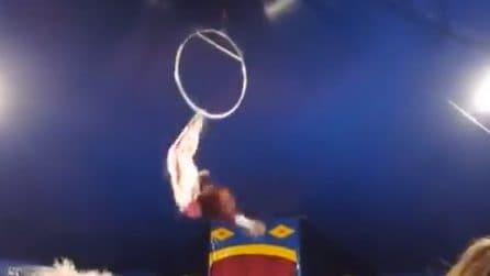 Grave incidente al circo: l'acrobata cade dal cerchio aereo