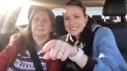 La mamma soffre di demenza ed è sorda, la donna le svela di essere sua figlia: il momento commovente