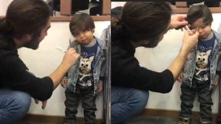 Porta il figlio dal barbiere: la reazione del bambino è esilarante