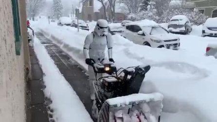 """Lo spazzaneve """"stellare"""": lo Stormtrooper pulisce la strada"""