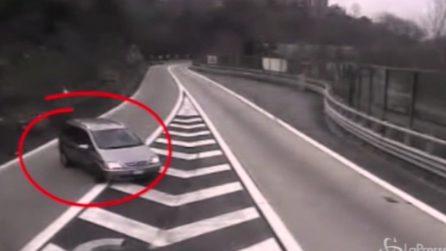 Fa inversione e imbocca l'autostrada contromano: immagini da brivido mostrate dalla Polizia