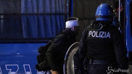 Lazio-Roma, scontri tra polizia e tifosi: agente colpito alla testa
