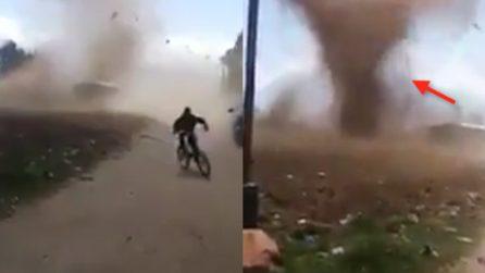 """Il """"diavolo"""" di sabbia sorprende i ragazzi che provano a scappare"""