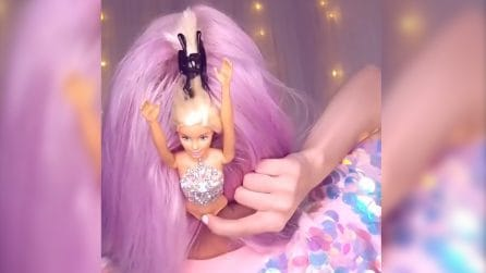 Infila una bambola tra i capelli colorati: l'acconciatura che tutte le bimbe amerebbero