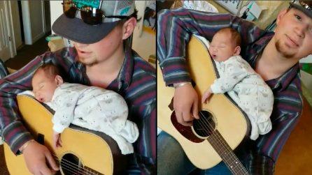 Fa sdraiare la figlia sulla chitarra e le canta la ninna nanna: il comportamento da non imitare