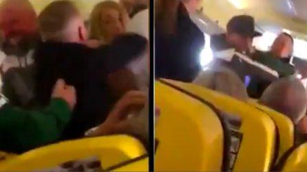 Donna non indossa le scarpe sull'aereo: scoppia una violenta rissa