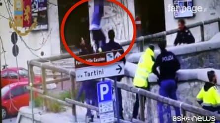 Un uomo minaccia di buttarsi dal ponte, la poliziotta lo salva al volo