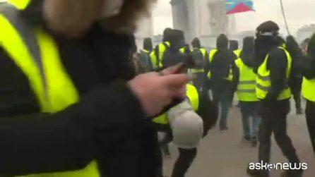 Gilet gialli, guerriglia al centro di Parigi: negozi in fiamme, 64 arresti