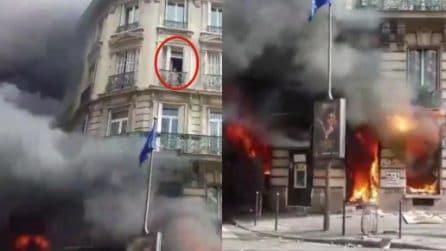 Gilet gialli, guerriglia a Parigi: una donna intrappolata nel palazzo in fiamme