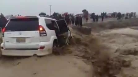 Ciclone Idai, l'auto rischia di essere divorata dal fiume di fango