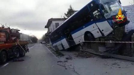 Avellino, bus contro auto: il pullman vola su un muro